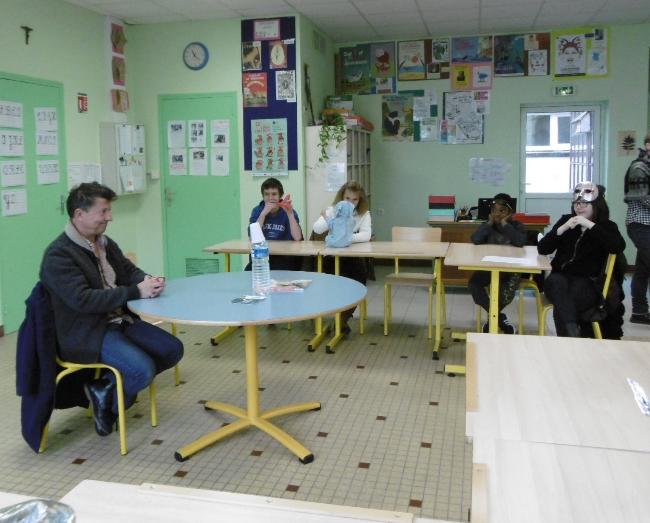 Yannick Jaulin devant les eleves de la classe